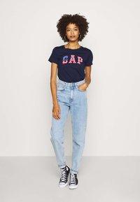 GAP - FLAG TEE - Camiseta estampada - navy uniform - 1