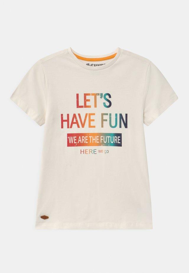 BOYS  - T-shirt med print - naturweiss reactive