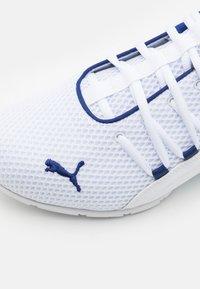 Puma - AXELION LS - Chaussures d'entraînement et de fitness - white/elektro blue - 5