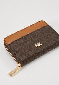 MICHAEL Michael Kors - MOTT COIN CARD CASE COATED - Wallet - brown - 2