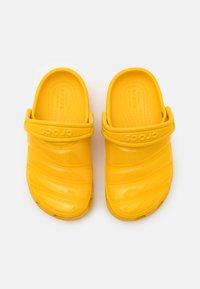 Crocs - CLASSIC NEO PUFF CLOG UNISEX - Pool slides - canary - 3