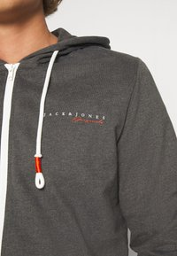 Jack & Jones - JORCLAYTON ZIP HOOD - veste en sweat zippée - dark grey melange - 4
