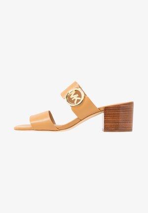 SUMMER MID - Pantofle na podpatku - peanut