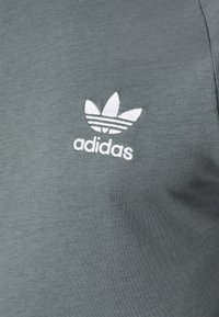 adidas Originals - STRIPES TEE - T-shirt con stampa - blue oxide - 4