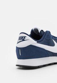 Nike Sportswear - VALIANT UNISEX - Zapatillas - midnight navy/white/black - 5