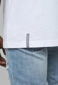 Cayler & Sons - COOKIN - Print T-shirt - wht/sil - 4
