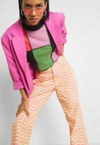 The Ragged Priest - WAVE - Relaxed fit jeans - pink/yellow - 3