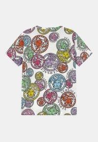 Versace - MEDUSA STAMP ALL OVER UNISEX - Print T-shirt - white/multicolor - 1