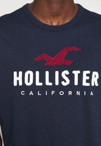 Hollister Co. - CORE TECH - Triko spotiskem - navy - 5