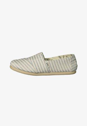 CLASSIC SURFY - Loaferit/pistokkaat - White, Silver