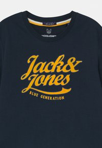 Jack & Jones Junior - JORLARS CREW NECK - Print T-shirt - navy blazer - 2