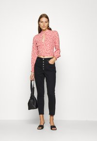 Abercrombie & Fitch - TIE BACK BLOUSE  - Blůza - red/white - 1