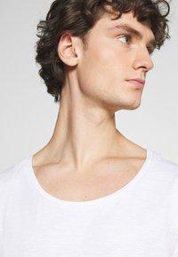 YOURTURN - UNISEX - T-shirt - bas - white - 4