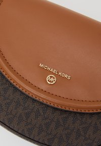 MICHAEL Michael Kors - JET SET CHARM DOME - Schoudertas - brown/acorn - 4