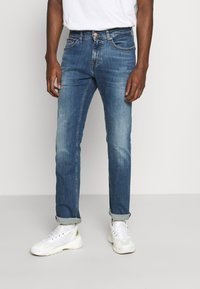 Tommy Jeans - SCANTON SLIM - Slim fit -farkut - dynamic chester mid blue - 0