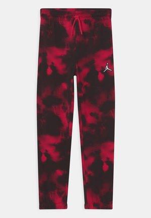 ESSENTIALS PANT - Spodnie treningowe - very berry