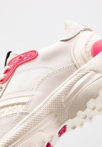 Coach - RUNNER FLUO - Matalavartiset tennarit - chalk/fluo pink - 2