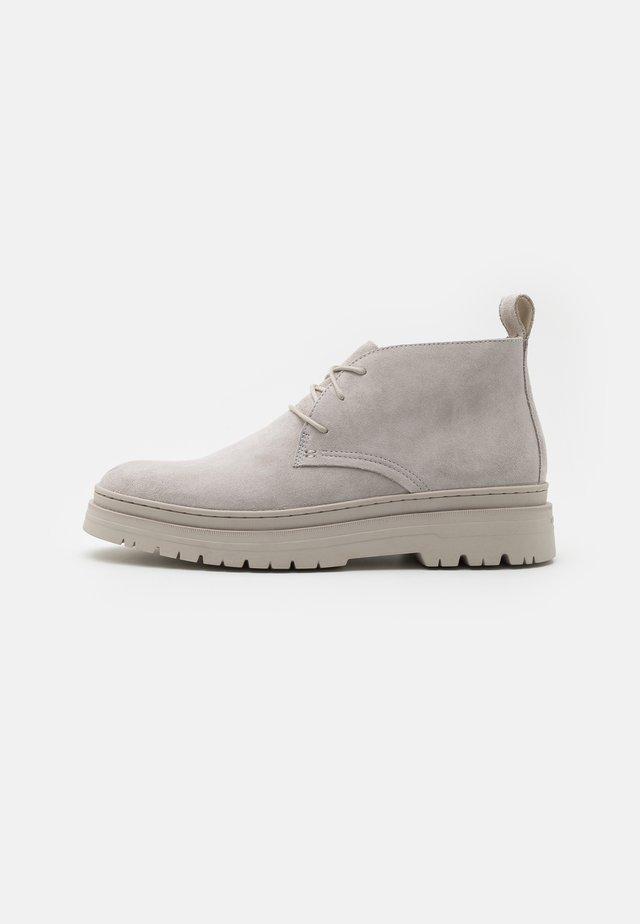 JAMES - Sznurowane obuwie sportowe - steel