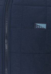Jack & Jones - JCOMAGIC TWIST QUILTED JACKET HOOD - Light jacket - navy blazer - 2