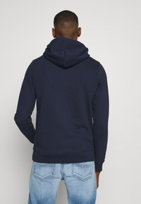 Tommy Jeans - TJM EMBROIDERED BOX HOODIE - Mikina skapucí - twilight navy - 2