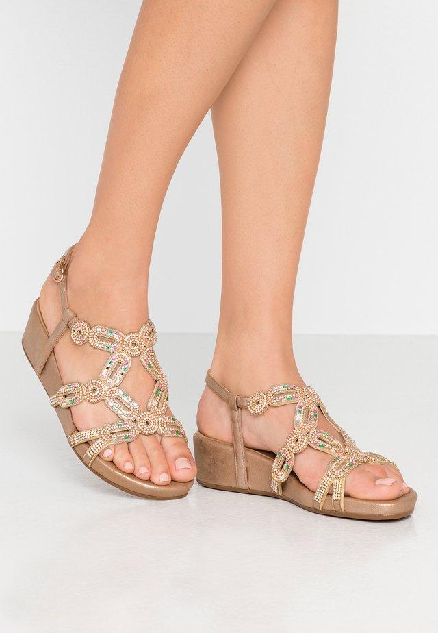 Korkeakorkoiset sandaalit - oporto bronze