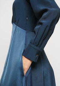 Victoria Victoria Beckham - BUTTON FRONT MIDI DRESS - Abito a camicia - blue slate - 8