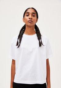 ARMEDANGELS - KAJAA - Basic T-shirt - white - 0