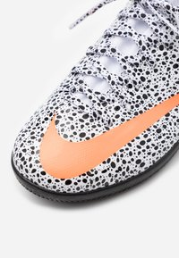 Nike Performance - MERCURIAL 7 ACADEMY CR7 IC - Halové fotbalové kopačky - white/total orange/black - 5
