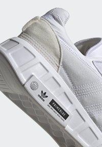 adidas Originals - GEODIVER - Sneakers basse - footwear white/core black - 9