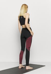 Puma - RUN GRAPHIC - Leggings - black/burgundy - 2