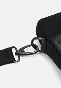 Still Nordic - ZAC MESSENGER UNISEX - Across body bag - black - 3