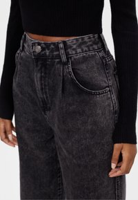 Bershka - MIT AUSGEFRANSTEM SAUM  - Straight leg jeans - grey - 3