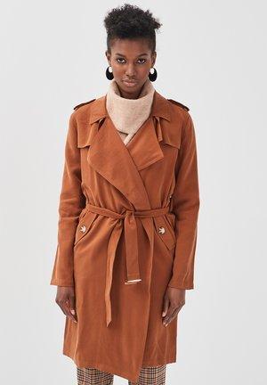 MIT GÜRTEL - Trenchcoat - brown