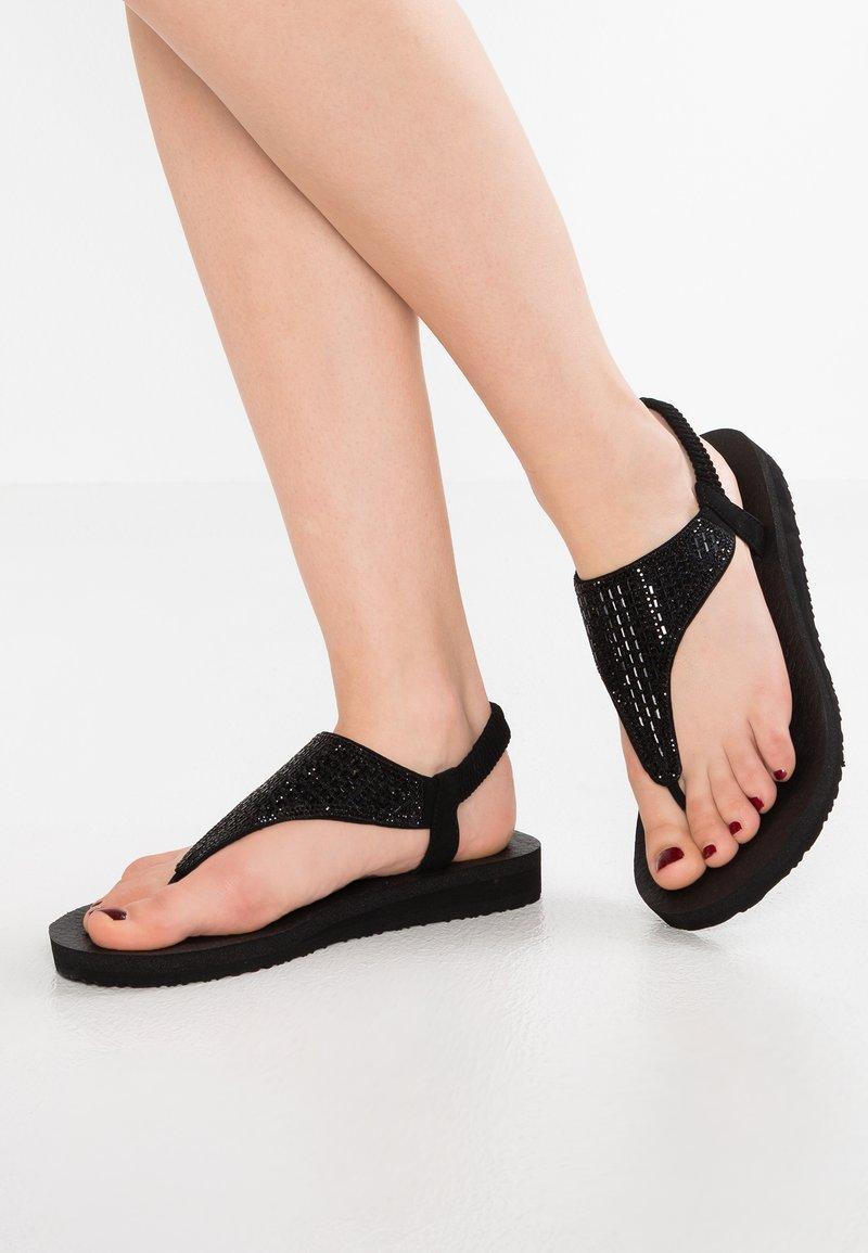 Skechers - MEDITATION - ROCK CROWN - Sandály s odděleným palcem - black