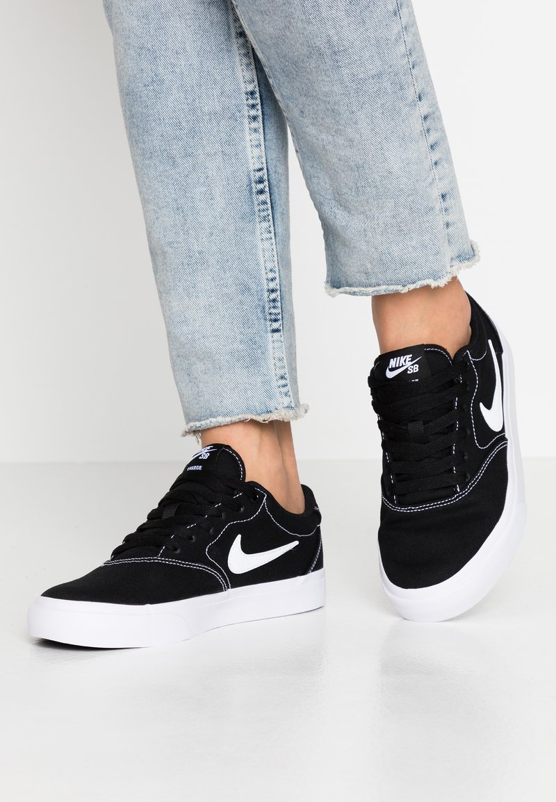Nike SB - CHARGE - Baskets basses - black/white