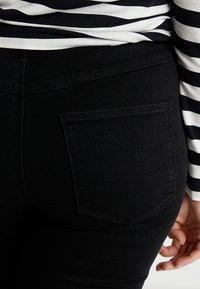 ONLY Carmakoma - CARTHUNDER PUSH UP - Jeans Skinny - black - 3