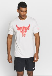 Under Armour - PROJECT ROCK BRAHMA BULL  - T-shirt print - summit white/versa red - 0