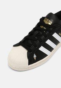 adidas Originals - SUPERSTAR J UNISEX - Tenisky - core black/white/chalk white - 4