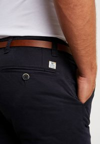 Dstrezzed - PRESLEY PANTS WITH BELT - Chinos - navy - 5