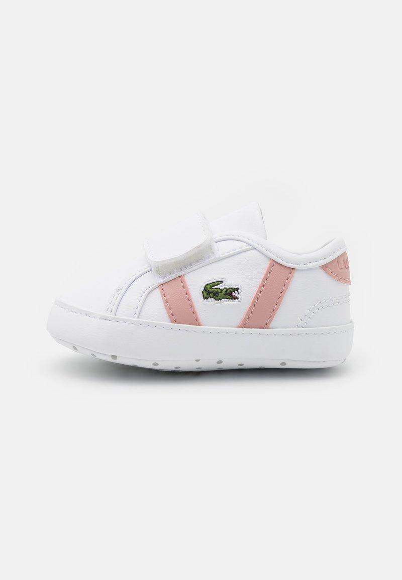 Lacoste - SIDELINE CRIB - Obuwie do raczkowania  - white/light pink