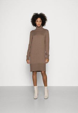HEAVY DRESS LONGSLEEVE TURTLE NECK - Jumper dress - nutshell brown