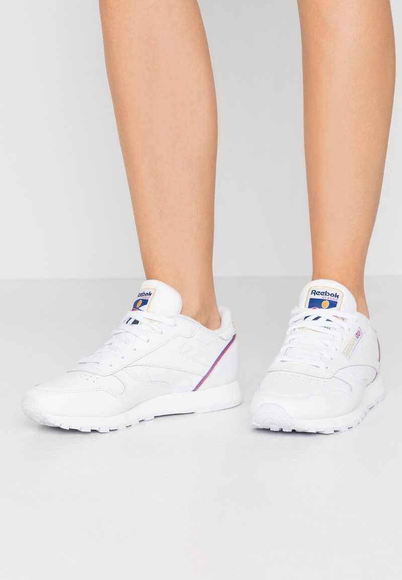 Reebok Classic - Sneakersy niskie - white/radiant red/blast blue