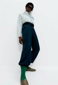 Uterqüe - MIT KOMBINIERTEM STREIFENPRINT  - Button-down blouse - white - 3
