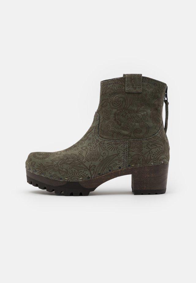 Kotníkové boty na platformě - olive
