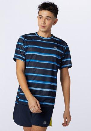 PRINTED IMPACT RUN SHORT SLEEVE - Camiseta estampada - helium