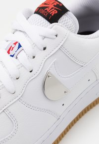 Nike Sportswear - AIR FORCE 1 '07 LV8 UNISEX - Sneakers basse - white/bright crimson/black/university red/rush blue - 7