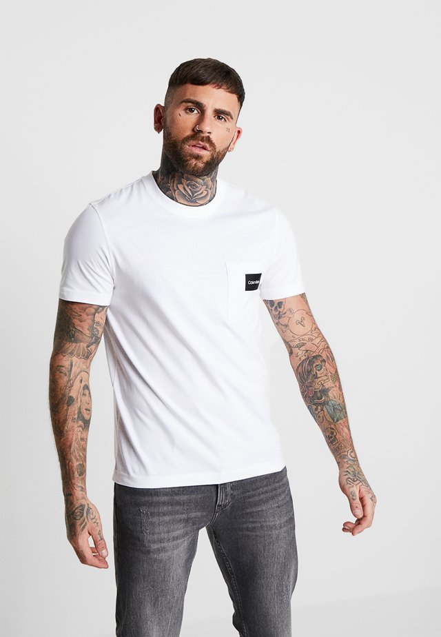 CONTRAST POCKET  - Print T-shirt - white