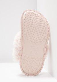 Crocs - CLASSIC LUXE SLIPPER  - Slippers - rose dust - 6