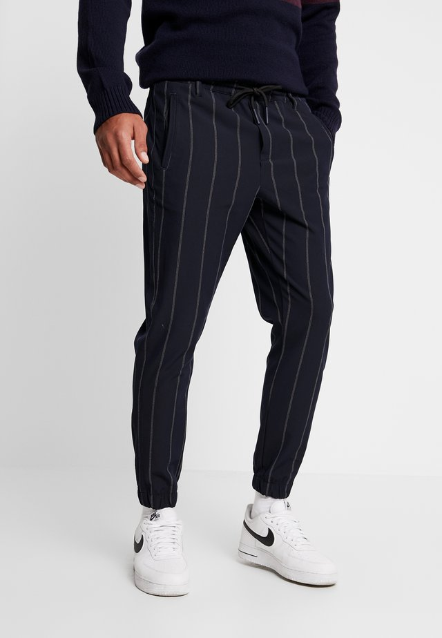 CLUB IZMIR PIN PANT - Pantalon de survêtement - navy