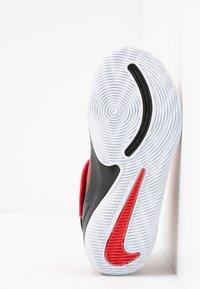 Nike Performance - TEAM HUSTLE 9 UNISEX  - Basketball shoes - university red/black/white - 5